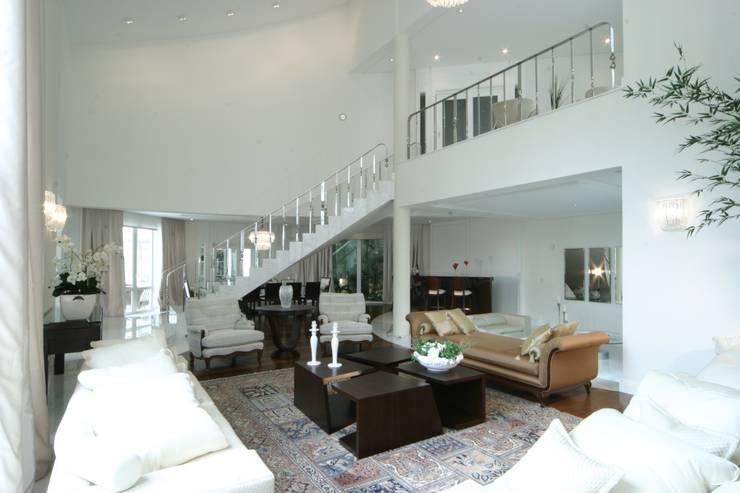 Living room by Yara Mendes Arquitetura e Decoração