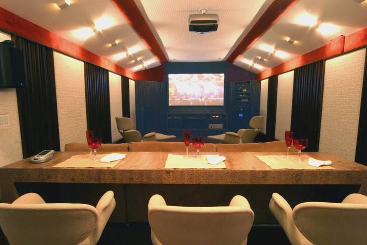 Home Theater: Salas multimídia  por Yara Mendes Arquitetura e Decoração