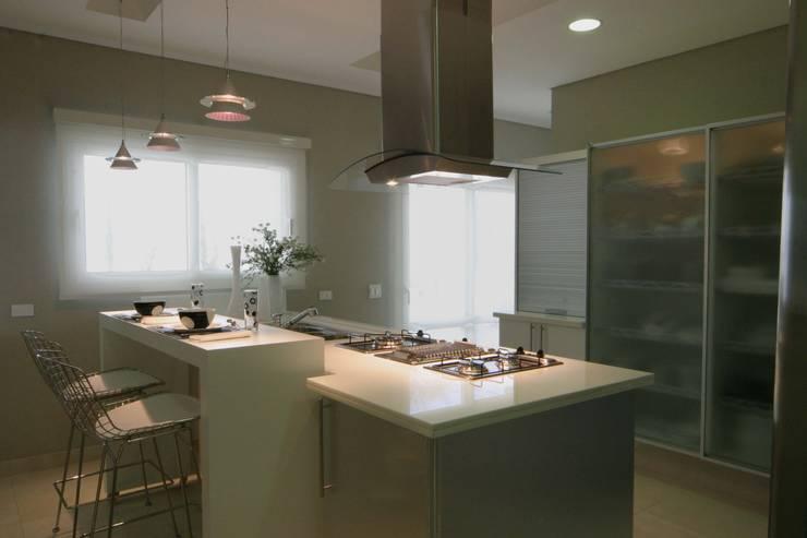 Cozinha: Cozinhas  por Yara Mendes Arquitetura e Decoração