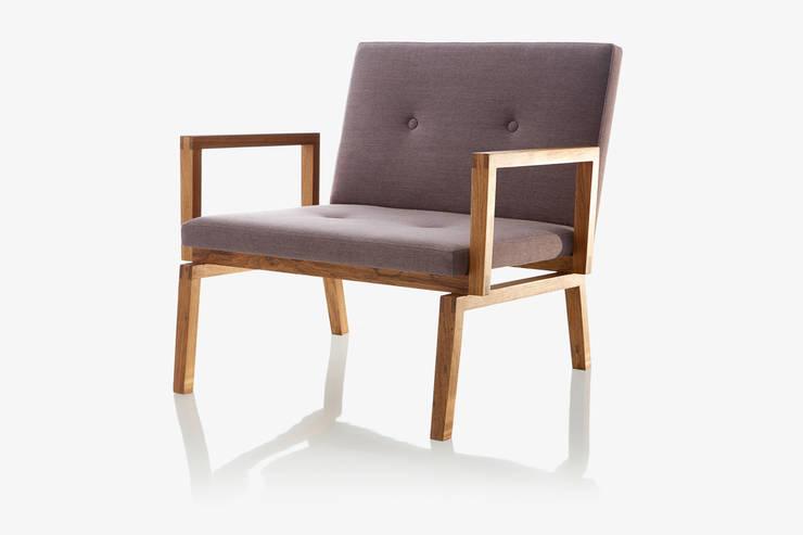Poltrona GRAN: Sala de estar  por LLUSSÁ Mobiliário de design