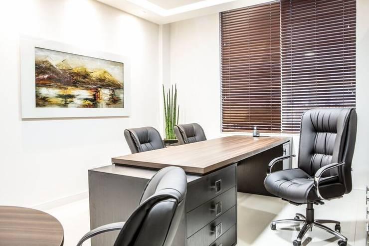 Gabinete Diretoria 1: Escritório e loja  por Enjoy Casa & Escritório
