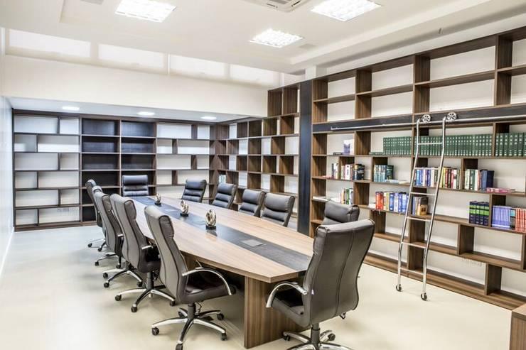 Sala de reuniões 1: Escritório e loja  por Enjoy Casa & Escritório