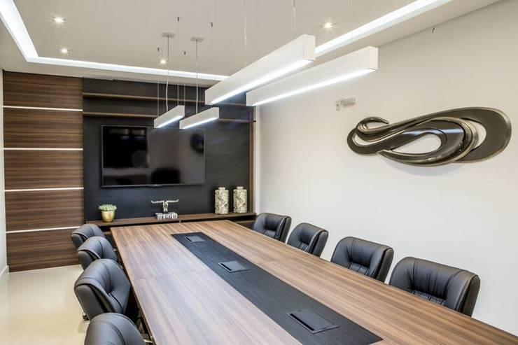 Sala de Reuniões 2: Escritório e loja  por Enjoy Casa & Escritório