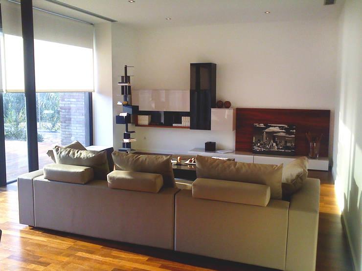 Proyecto Interiorismo Casa PROCUG en Valldoreix: Salones de estilo moderno de Marc Pérez Interiorismo