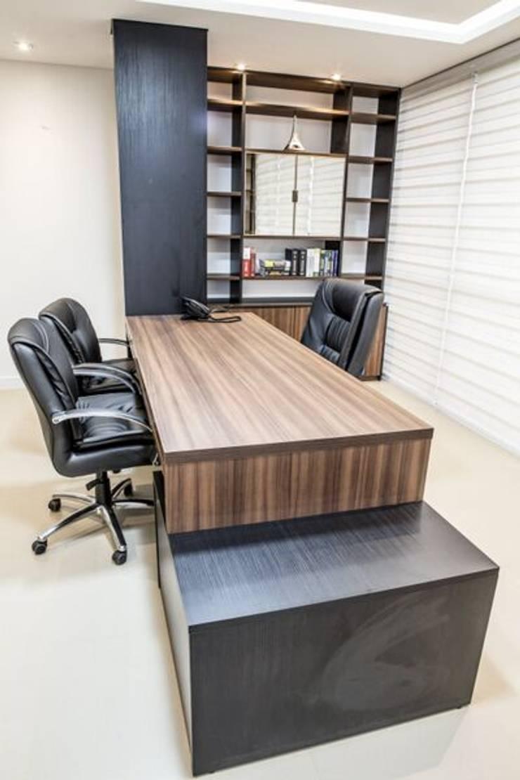 Gabinete Diretoria 2: Escritório e loja  por Enjoy Casa & Escritório