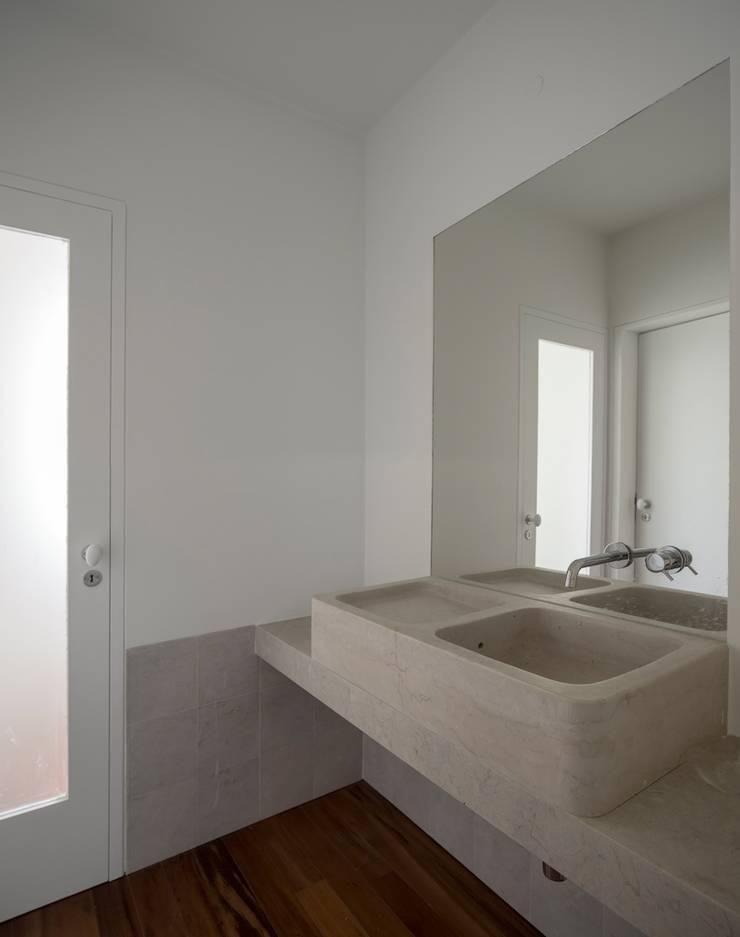 Edifício Chinesas Milagrosas - Vista da casa de banho : Casas de banho  por Posto9 Arquitectos