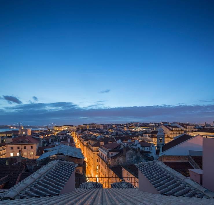 Edifício Chinesas Milagrosas - Vista do terraço nocturna: Terraços  por Posto9 Arquitectos