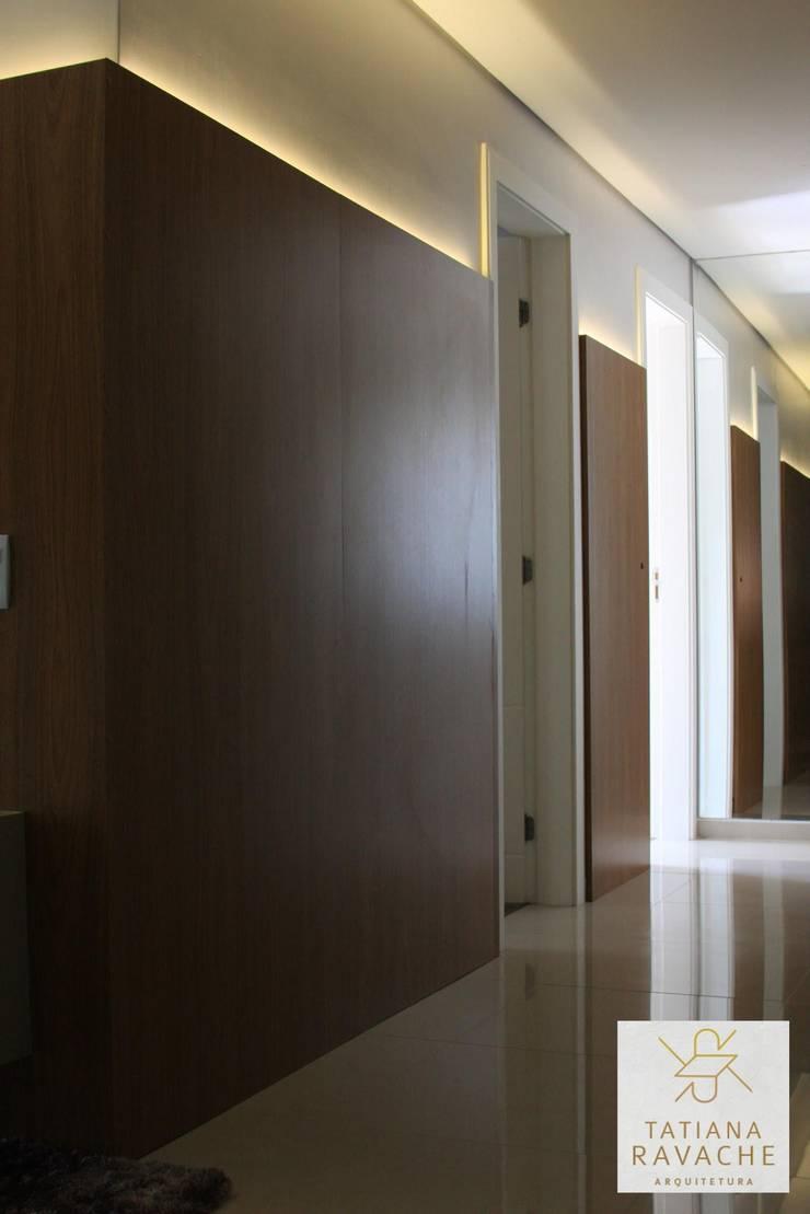 Circulação: Corredores e halls de entrada  por Tatiana Ravache Arquitetura,