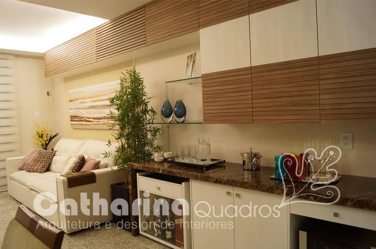Apartamento Charitas - Niterói - RJ - 2014: Salas de estar  por Catharina Quadros Arquitetura e Interiores