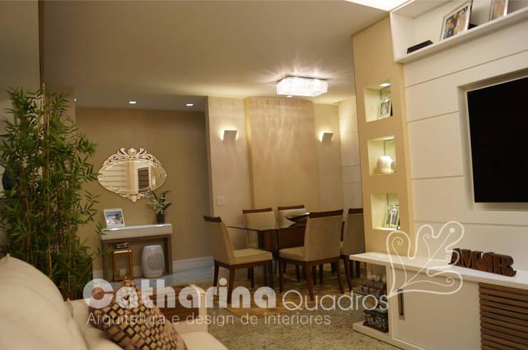 Apartamento Charitas – Niterói – RJ – 2014: Salas de jantar  por Catharina Quadros Arquitetura e Interiores,