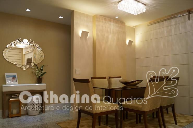 Apartamento Charitas – Niterói – RJ – 2014: Salas de jantar  por Catharina Quadros Arquitetura e Interiores