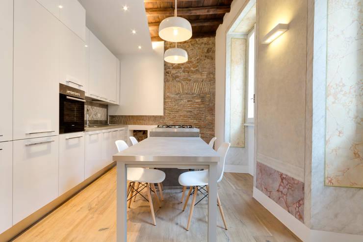 VIA SISTINA APT: Cucina in stile in stile Mediterraneo di SERENA ROMANO' ARCHITETTO