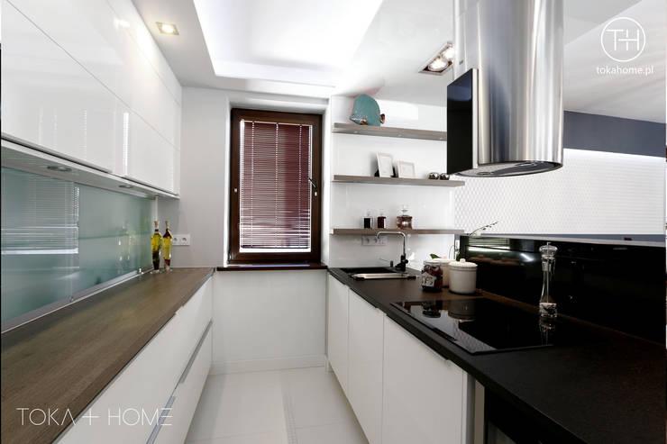 Salas de estilo moderno de TOKA + HOME Moderno Granito