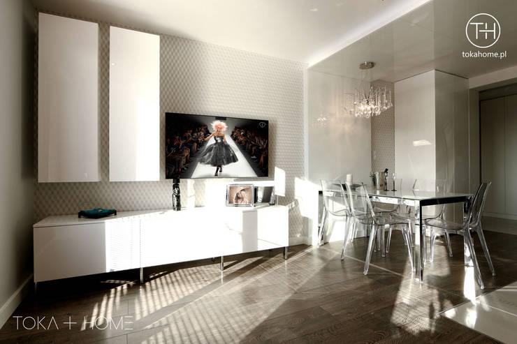 Salon moderne par TOKA + HOME Moderne Verre