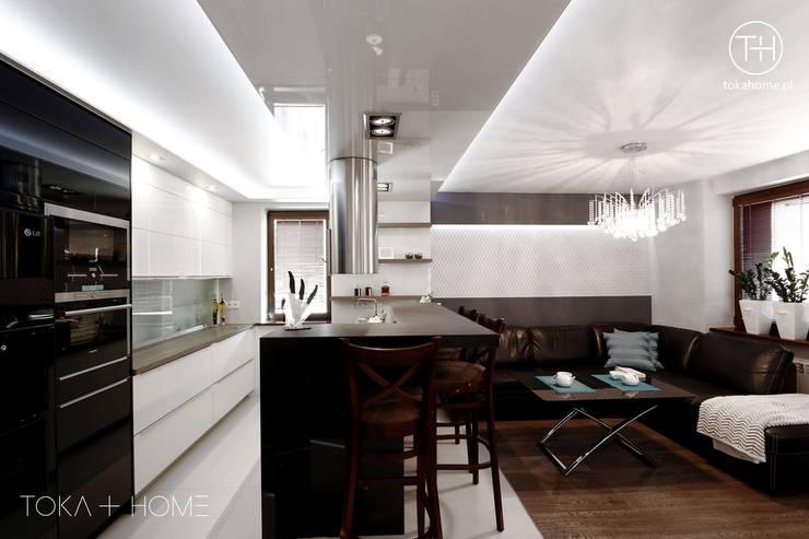 Cocinas de estilo moderno de TOKA + HOME Moderno Vidrio