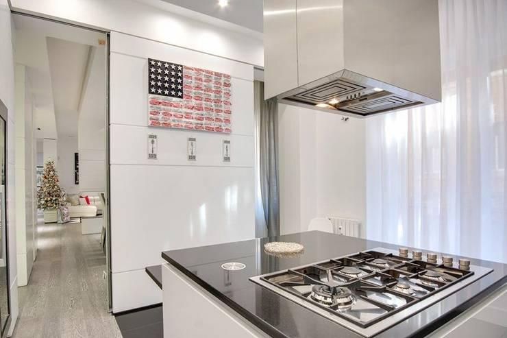 UN APPARTAMENTO D'ELITE: Cucina in stile in stile Moderno di SERENA ROMANO' ARCHITETTO