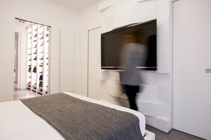 UN APPARTAMENTO D'ELITE: Camera da letto in stile  di SERENA ROMANO' ARCHITETTO