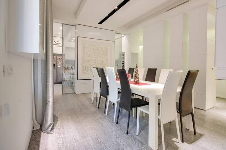 UN APPARTAMENTO D'ELITE: Sala da pranzo in stile  di SERENA ROMANO' ARCHITETTO