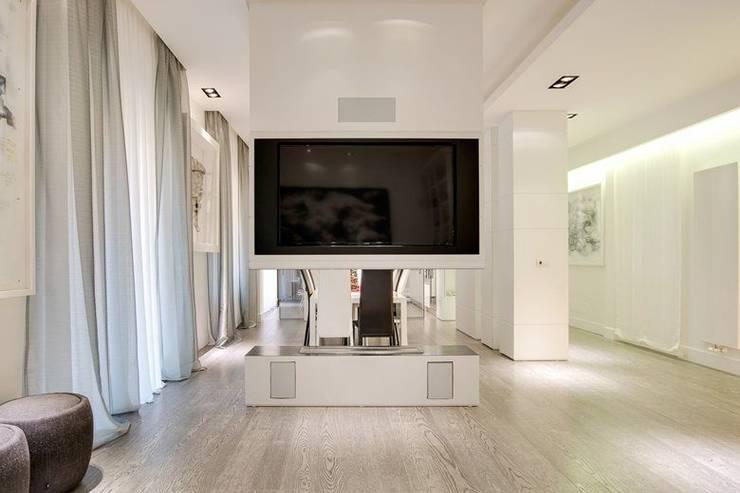 UN APPARTAMENTO D'ELITE: Sala multimediale in stile  di SERENA ROMANO' ARCHITETTO