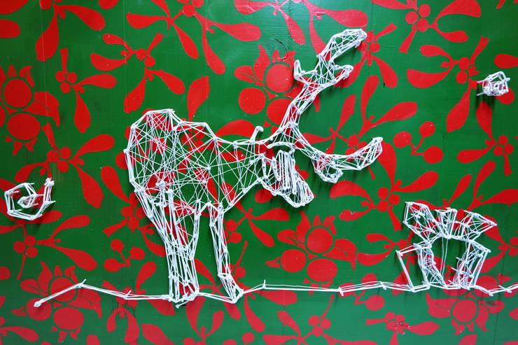 Reindeers Wishes: styl , w kategorii  zaprojektowany przez Malning Interior Tomasz Pabin,Skandynawski Lite drewno Wielokolorowy