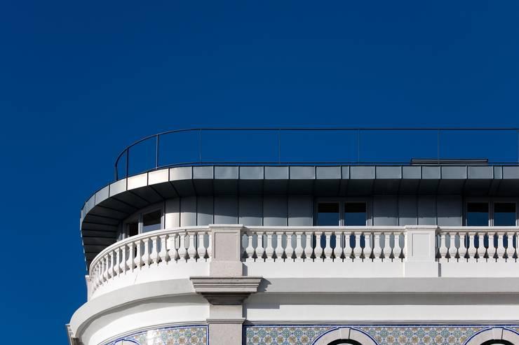 Edifício na Av. 24 de Julho – Lisboa: Terraços  por VÃO - Arquitectos Associados, Lda.