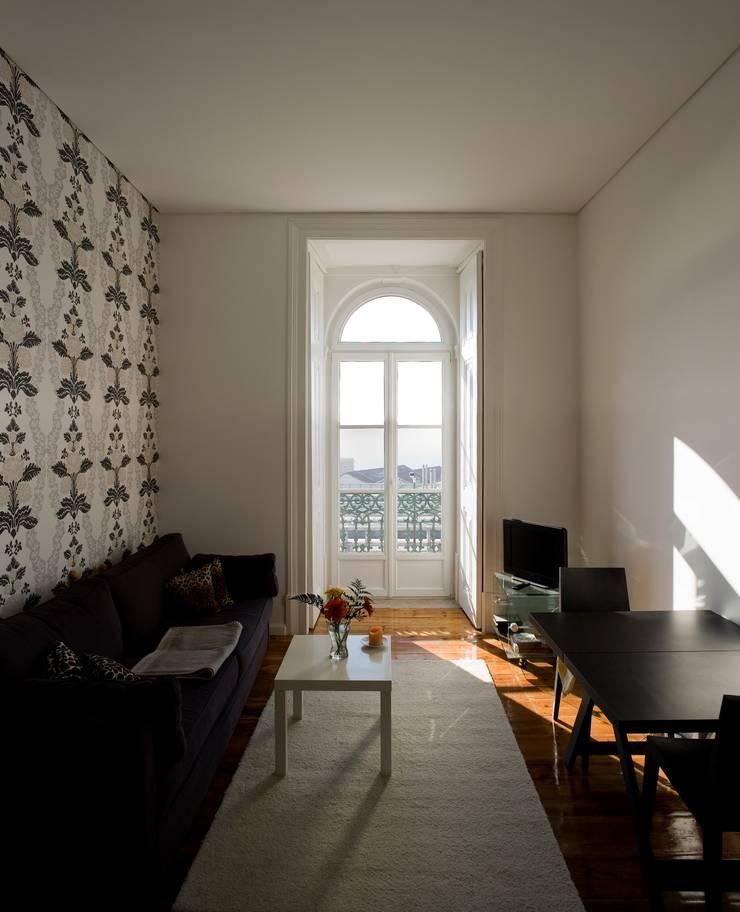 Edifício na Av. 24 de Julho – Lisboa: Salas de estar  por VÃO - Arquitectos Associados, Lda.