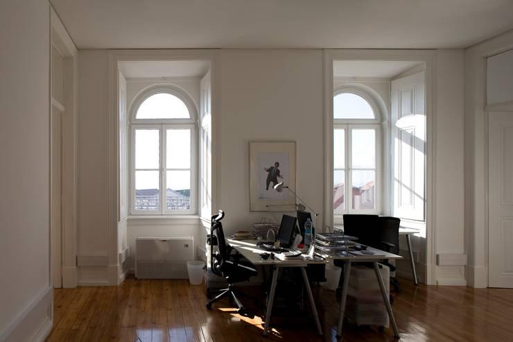 Edifício na Av. 24 de Julho – Lisboa: Escritórios e Espaços de trabalho  por VÃO - Arquitectos Associados, Lda.