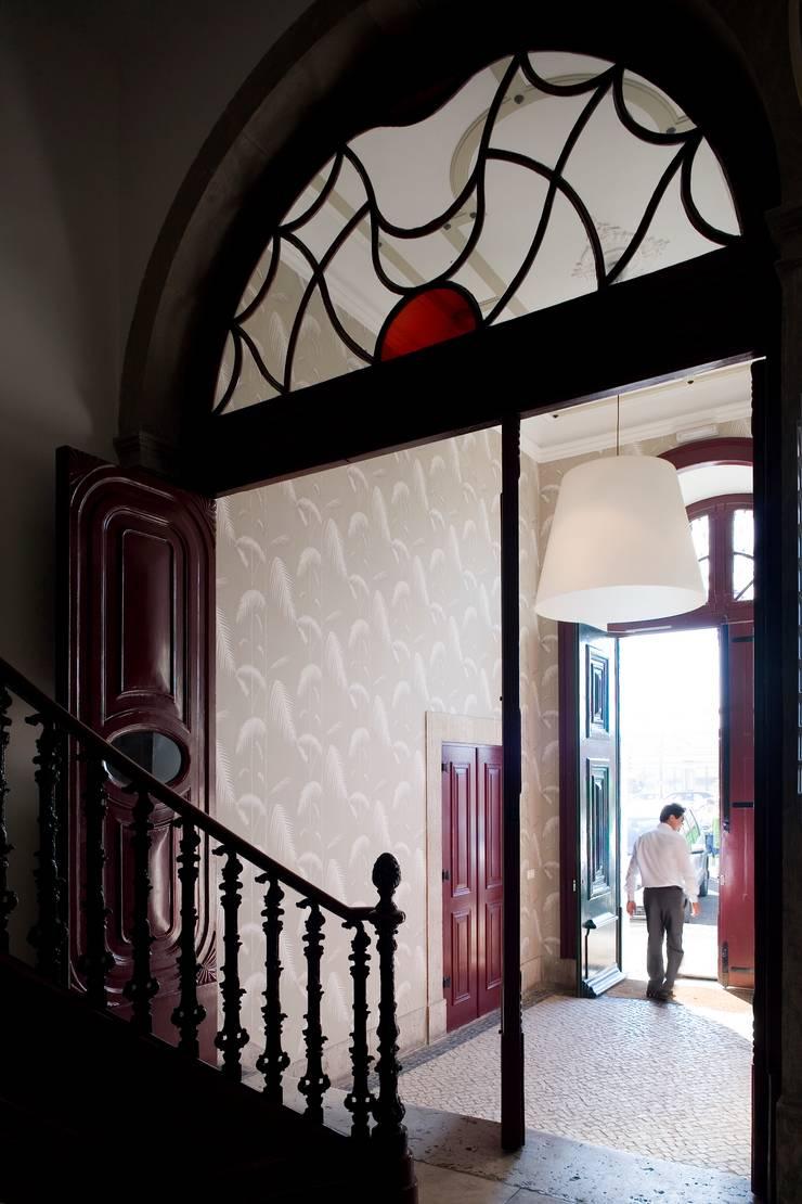 Edifício na Av. 24 de Julho – Lisboa: Corredores e halls de entrada  por VÃO - Arquitectos Associados, Lda.