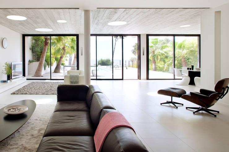 Villa C1: Salon de style  par frederique Legon Pyra architecte
