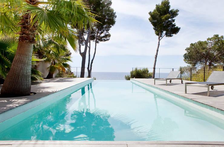 Villa C1: Piscines  de style  par frederique Legon Pyra architecte