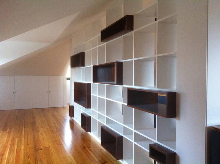 interior: Salas de estar modernas por HUGO MONTE | ARQUITECTO