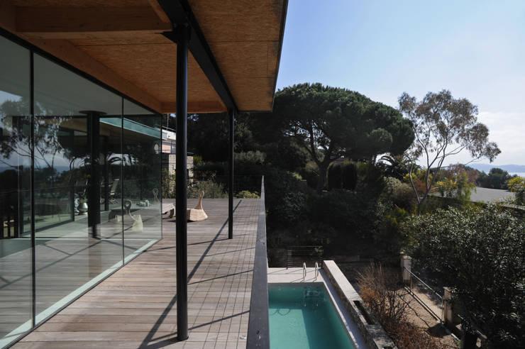 Villa M1: Piscines  de style  par frederique Legon Pyra architecte
