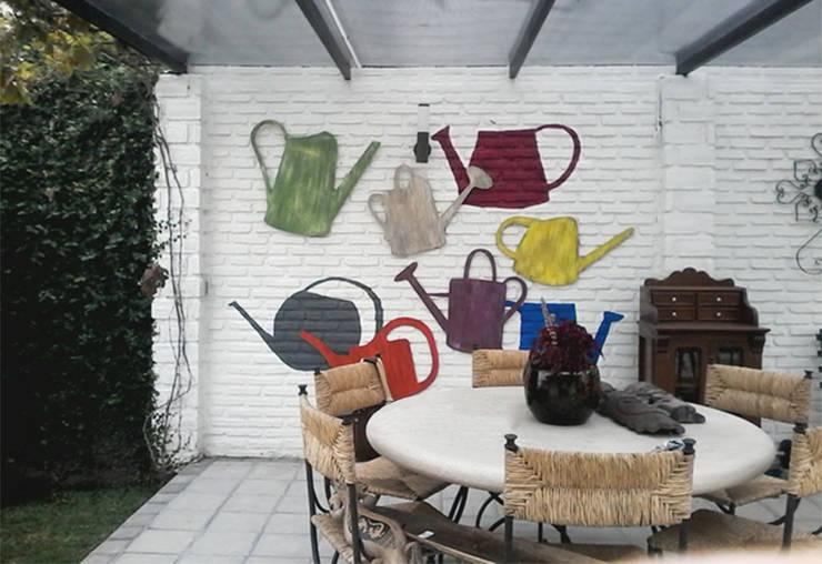 Regadera de diferentes colores con terminado avejentado: Arte de estilo  por LM decoración
