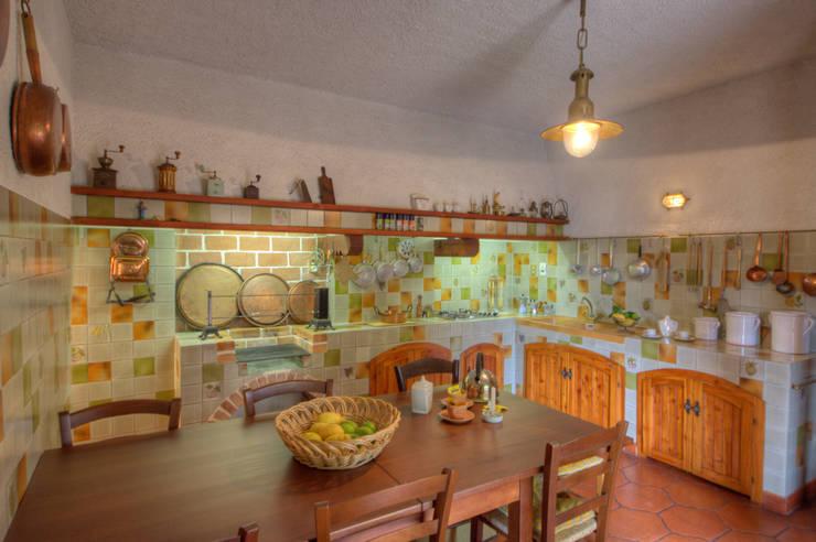 Cozinhas rústicas por Emilio Rescigno - Fotografia Immobiliare