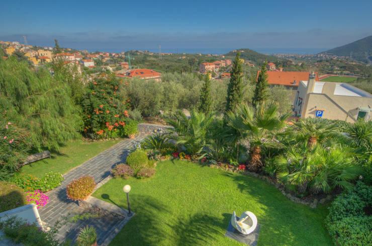 semi-detached villa: Giardino in stile in stile Moderno di Emilio Rescigno - Fotografia Immobiliare