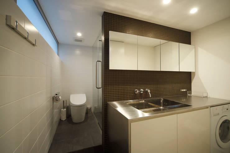 House in Fukushima: MimasisDesign [ミメイシスデザイン]が手掛けた浴室です。