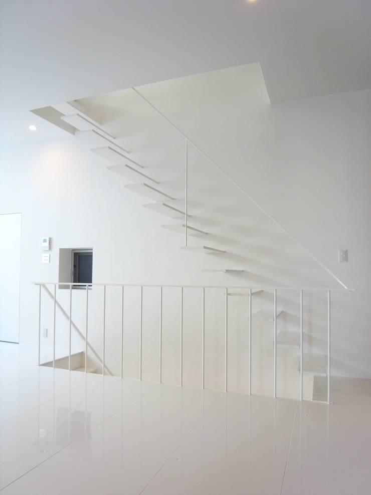 House in Fukushima: Mimasis Design/ミメイシス デザインが手掛けた廊下 & 玄関です。