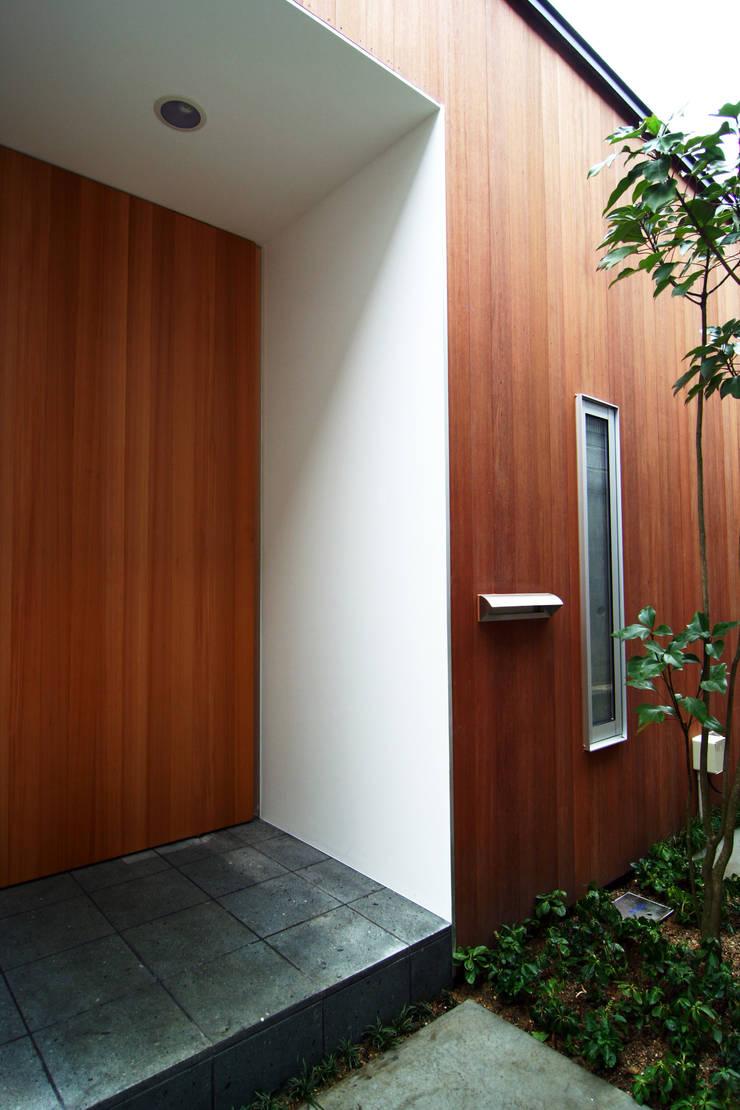House in Yamatokoriyama: Mimasis Design/ミメイシス デザインが手掛けた廊下 & 玄関です。