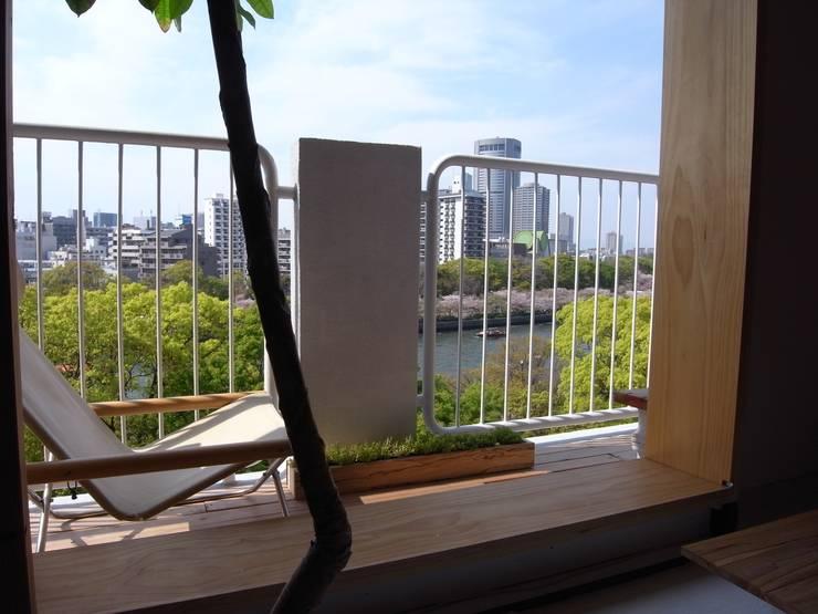 Apartment in Amizima: Mimasis Design/ミメイシス デザインが手掛けたテラス・ベランダです。