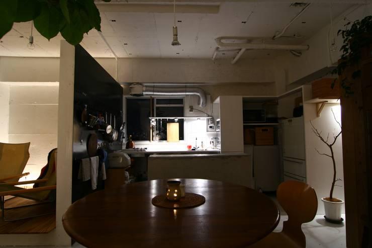 Apartment in Amizima: Mimasis Design/ミメイシス デザインが手掛けたキッチンです。