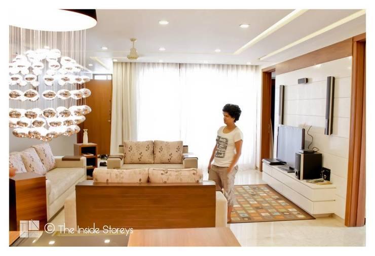 Park Titanium, Park Street, Pune:  Living room by The Inside Storeys