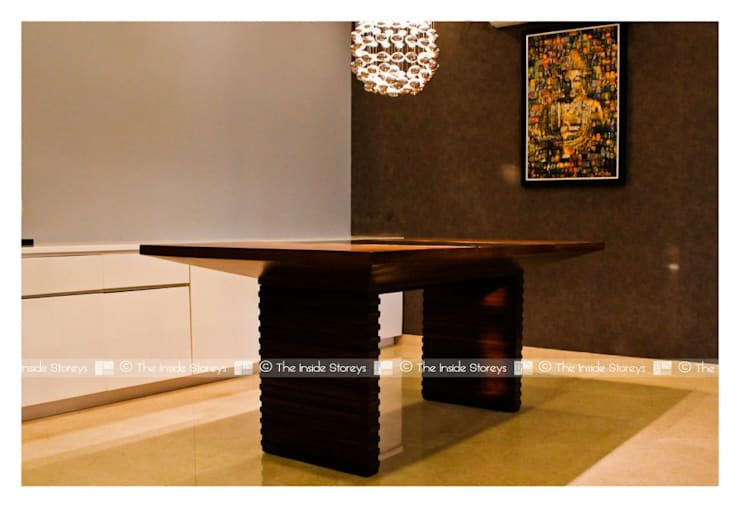 Dining Table with overhead chandelier:  Kitchen by The Inside Storeys