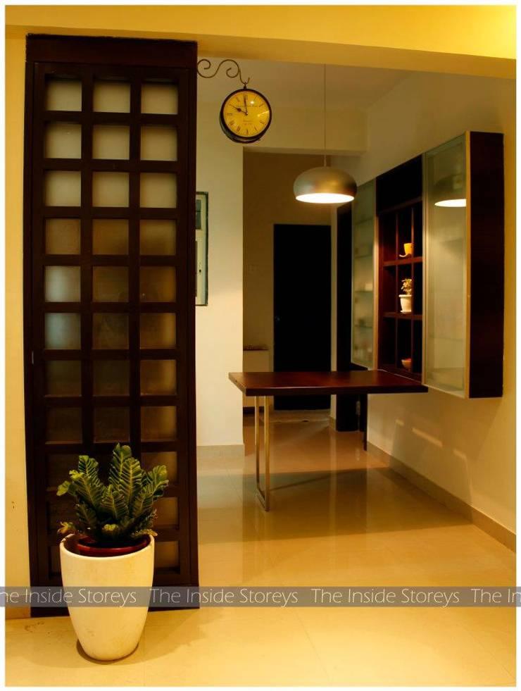 Aishwariyam Greens, Pune:  Corridor & hallway by The Inside Storeys