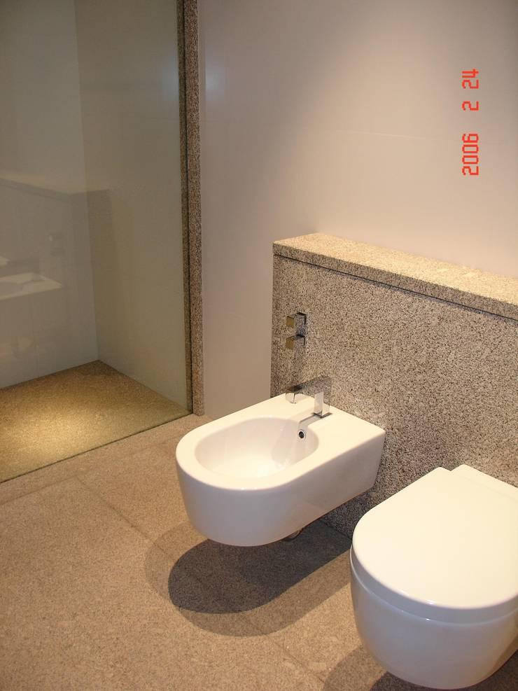 Private bathroom in a private house Raimonda, Paços de Ferreira- Portugal/ Casa de banho privativa numa casa particular  Raimonda, Paços de Ferreira- Portugal: Casas de banho  por Dynamic444
