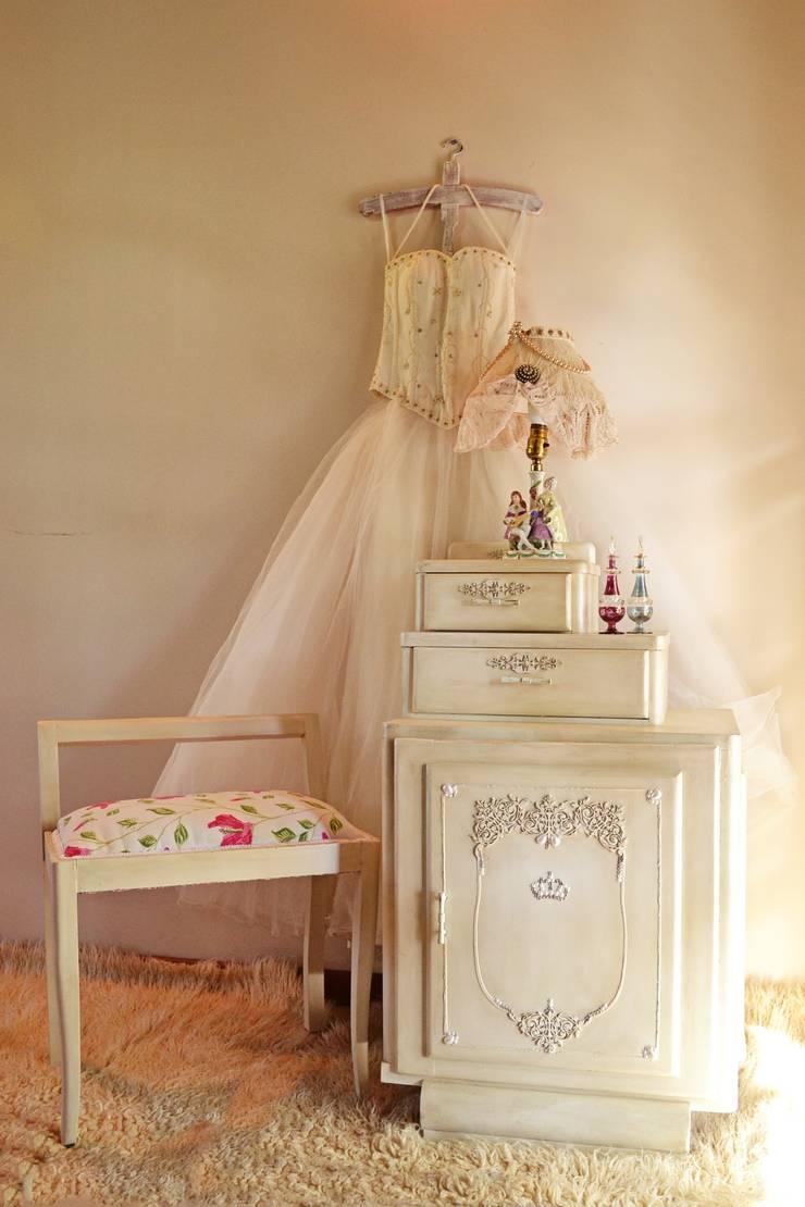 Mesas y mesitas: Dormitorios de estilo  por Capítulo Dos