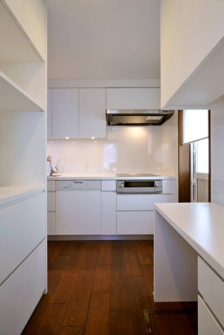 Patina House: 株式会社シーンデザイン建築設計事務所が手掛けたキッチンです。