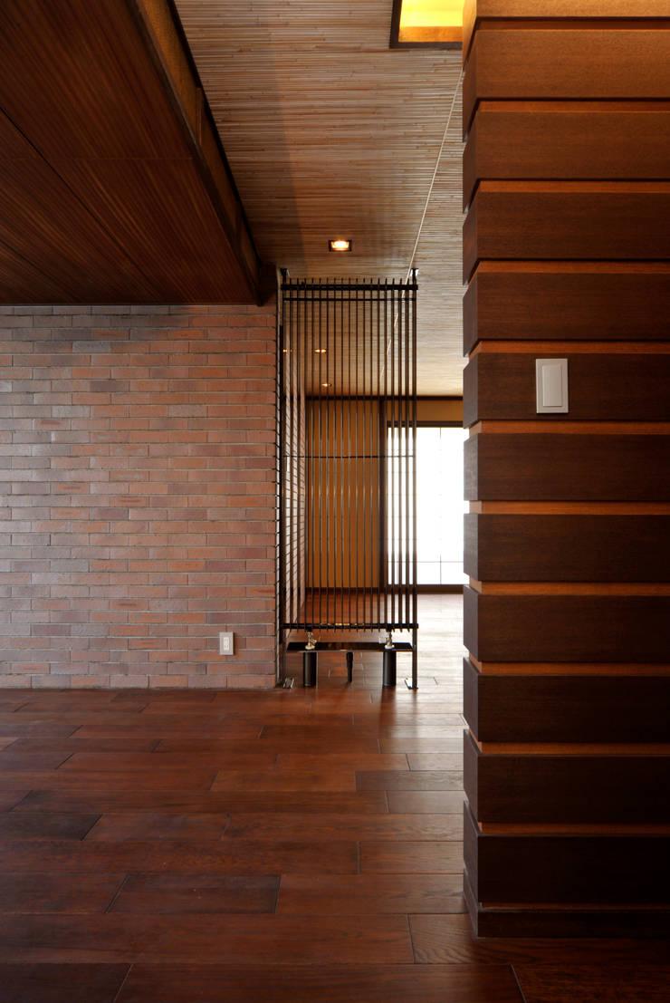 Patina House: 株式会社シーンデザイン建築設計事務所が手掛けたリビングです。
