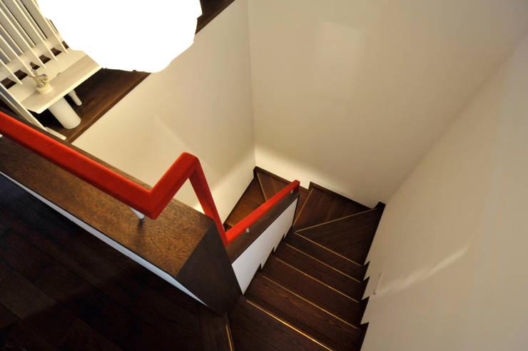 Patina House: 株式会社シーンデザイン建築設計事務所が手掛けた廊下 & 玄関です。