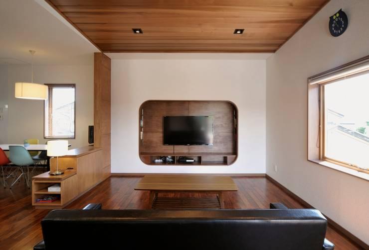 Uwano House: 株式会社シーンデザイン建築設計事務所が手掛けたリビングです。
