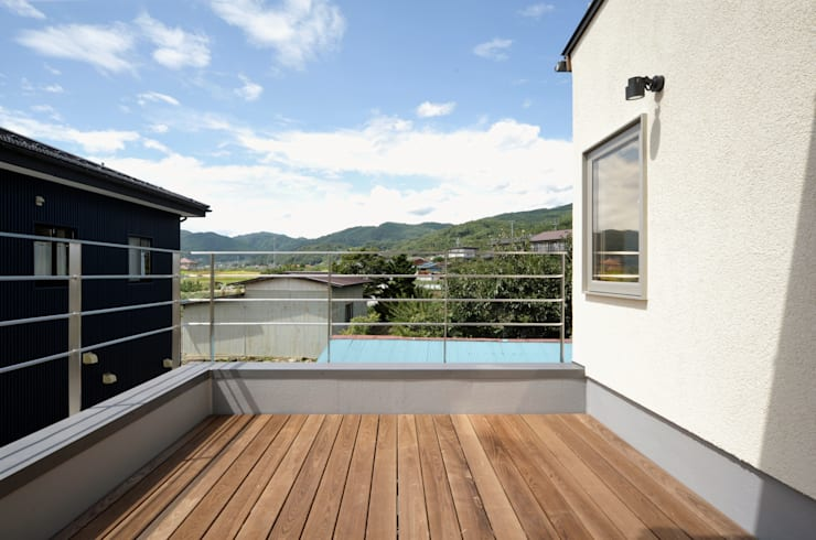 Uwano House: 株式会社シーンデザイン建築設計事務所が手掛けたテラス・ベランダです。
